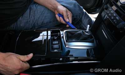 Installation of GROM USB MP3 and iPod  adapter in Infiniti FX35 2009 - step3