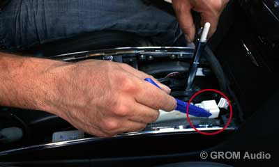 Installation of GROM USB MP3 and iPod  adapter in Infiniti FX35 2009 - step4