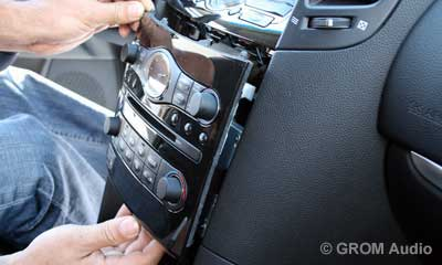 Installation of GROM USB MP3 and iPod  adapter in Infiniti FX35 2009 - step7